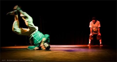 Festiwal Bez Granic w Różanymstoku – pokaz Breakdance - Konrad Borowik (BBOY SKANK) i Łukasz Depa (BBOY DEP-ONE) – 23 maj 2012 r.