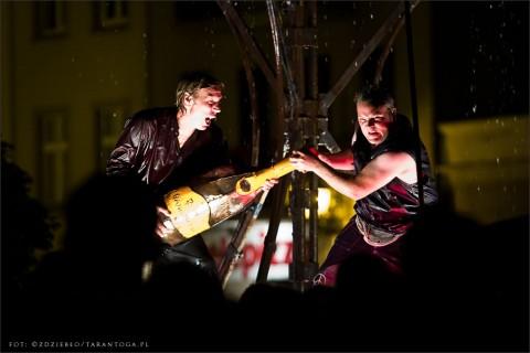 """Spektakl """"Überfluss"""" teatru Bängditos z Niemiec - Rynek Nowomiejski w Toruniu - 13 lipiec 2012 r."""