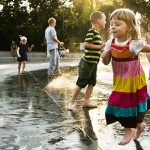 Dziecięce szaleństwa przy fontannie Cosmopolis