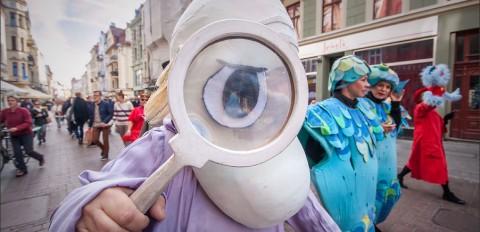 Parada teatralna - otwarcie Międzynarodowego Festiwalu Teatrów Lalek w Toruniu - 3 październik 2015 r.
